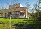 Widok domu od strony ogrodu. Minimalistyczn� bry�� budynku z czasem przes�oni brzozowy lasek.