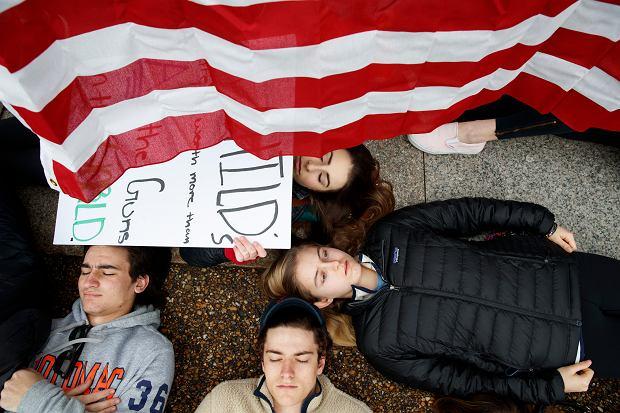 Protest amerykańskich uczniów przed Białym Domem