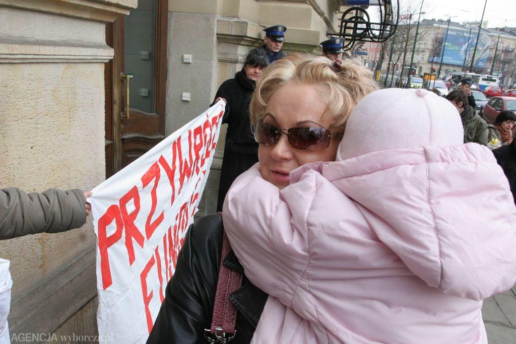 Samotne matki podczas protestu w Krakowie (fot. Krzysztof Karolczyk/Agencja Gazeta)