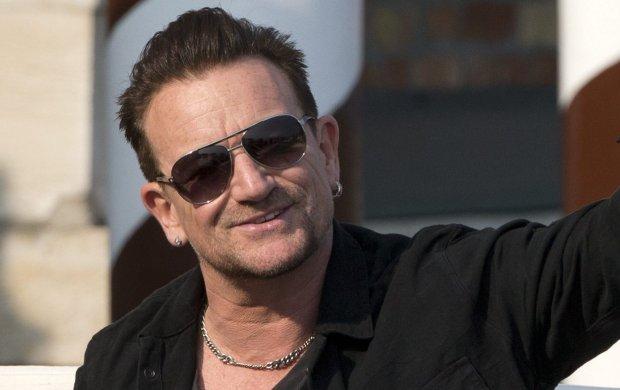 """Bono jako pierwszy mężczyzna otrzymał od magazynu Glamour tytuł """"Kobiety Roku"""". Wokalista U2 zasłużył sobie na nią dzięki walce o prawa kobiet. O przyznaniu tego kontrowersyjnego tytułu zadecydowała naczelna pisma Cindi Leive."""