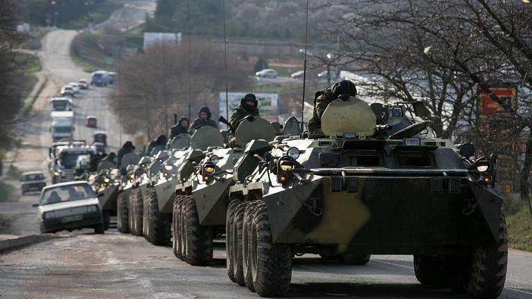 Rosyjskie transportery opancerzone w pobliżu portu w Sewastopolu
