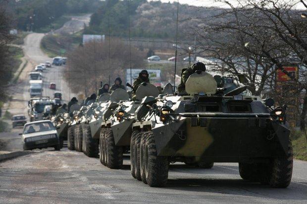 Rosyjskie transportery opancerzone w pobli�u portu w Sewastopolu