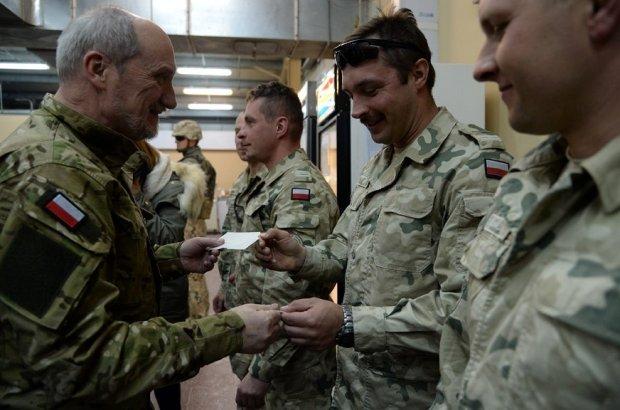 z20083626Q,Antoni-Macierewicz-w-mundurze