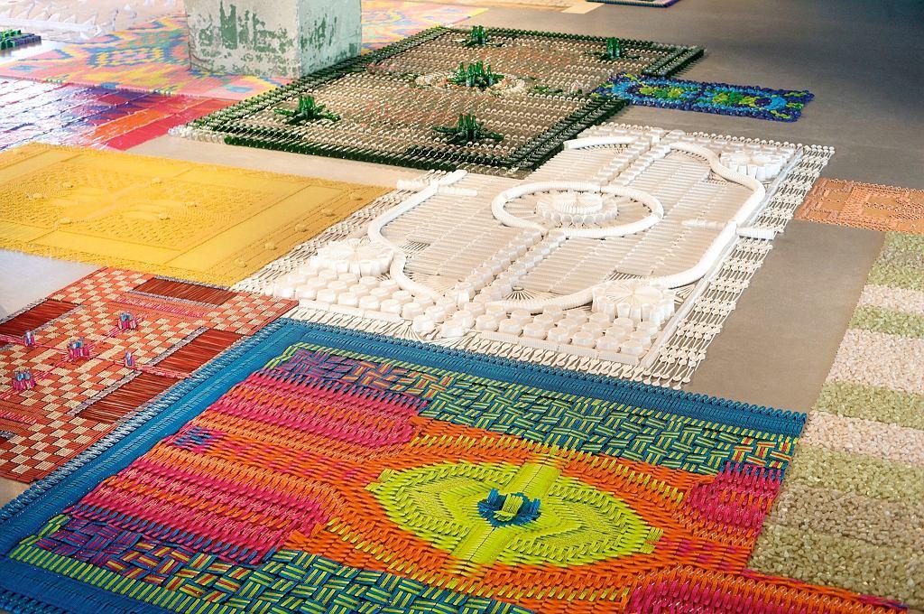 Kneeling dywany efemeryczne układane specjalnie na wystawy. Dzieło studia We MakeCarpets.