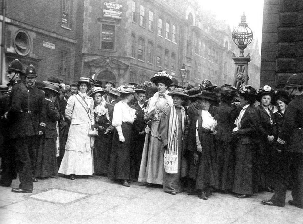 Brytyjskie sufrażystki, Bow Street, 1908 rok (fot. Leonard Bentley / Flickr.com / CC BY-SA 2.0 / bit.ly/1mhaR6e)