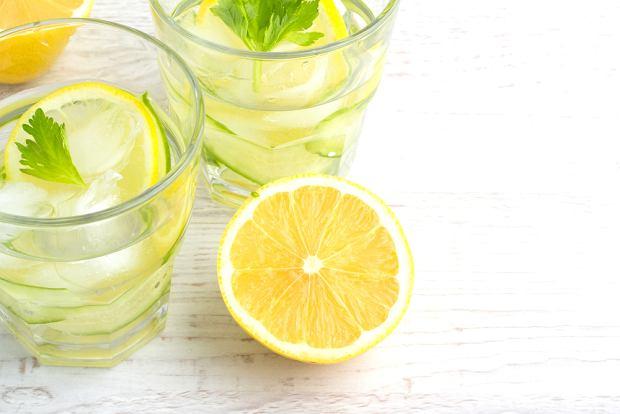 Woda z cytryną na czczo: czy warto ją pić