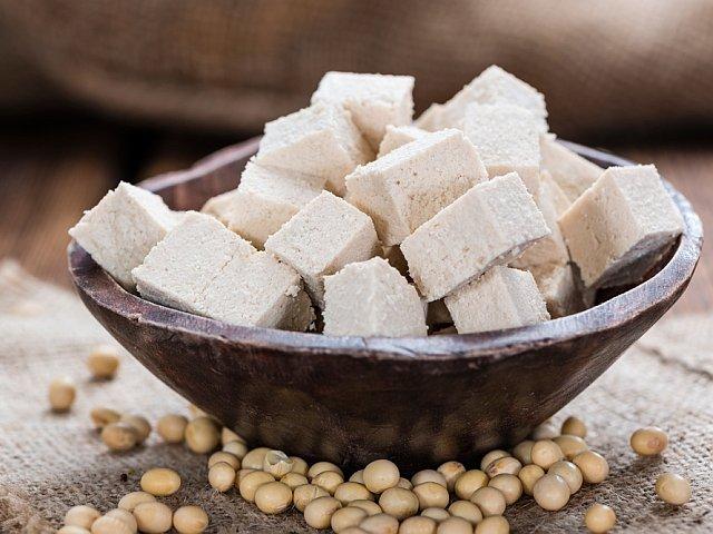 Tofu to skarbnica białka, wapnia, a także wielu innych, istotnych dla naszego zdrowia składników odżywczych.