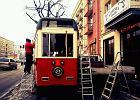 Zabytkowy tramwaj stan�� przed Teatrem Kamienica