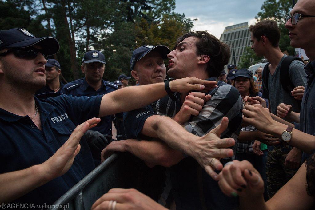 Protest przeciwko zmianom w Sądzie Najwyższym. Policja zatrzymała m.in. Dawida Winiarskiego