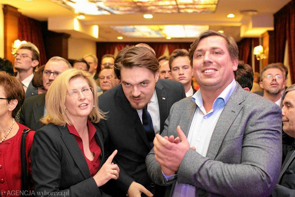 Październik 2015 r., wieczór wyborczy PiS w Olsztynie. Tomasz Kaczmarek (z prawej) cieszył się z wyników w towarzystwie kandydata na posła Michała Wypija i Iwony Arent, posłanki PiS, która w sprawie śledztwa dotyczącego stowarzyszenia Helper interweniowała w prokuraturze