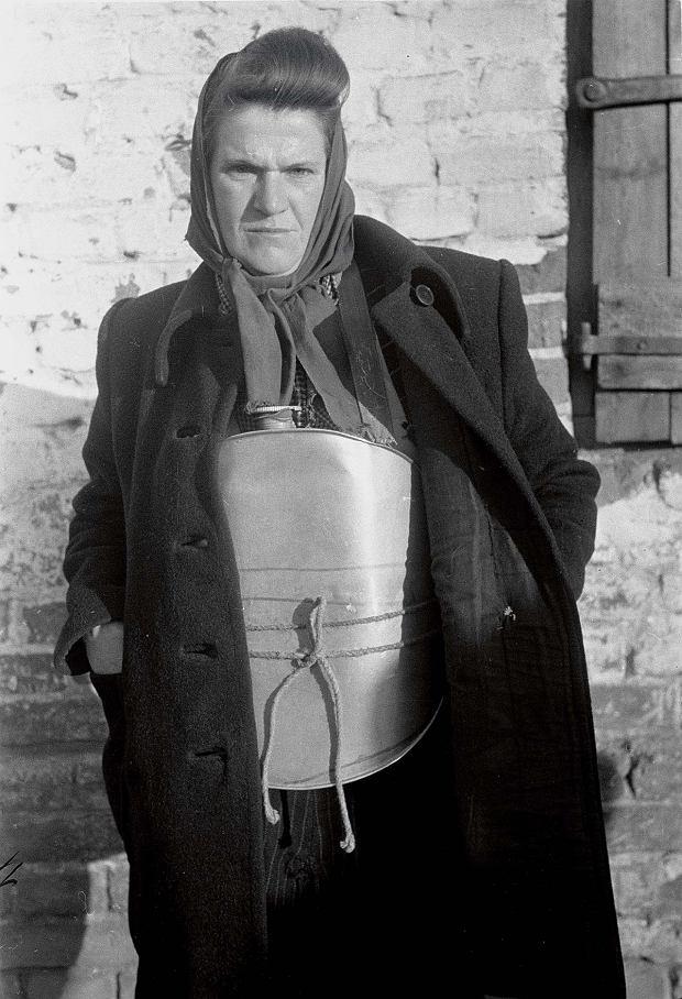 'Maria Zimna - amatorka rozgrzewających okładów. Wtakim oto zbiorniku szmuglowała bimber' (oryginalny opis prasowy); akcja MO, Legionowo 1947
