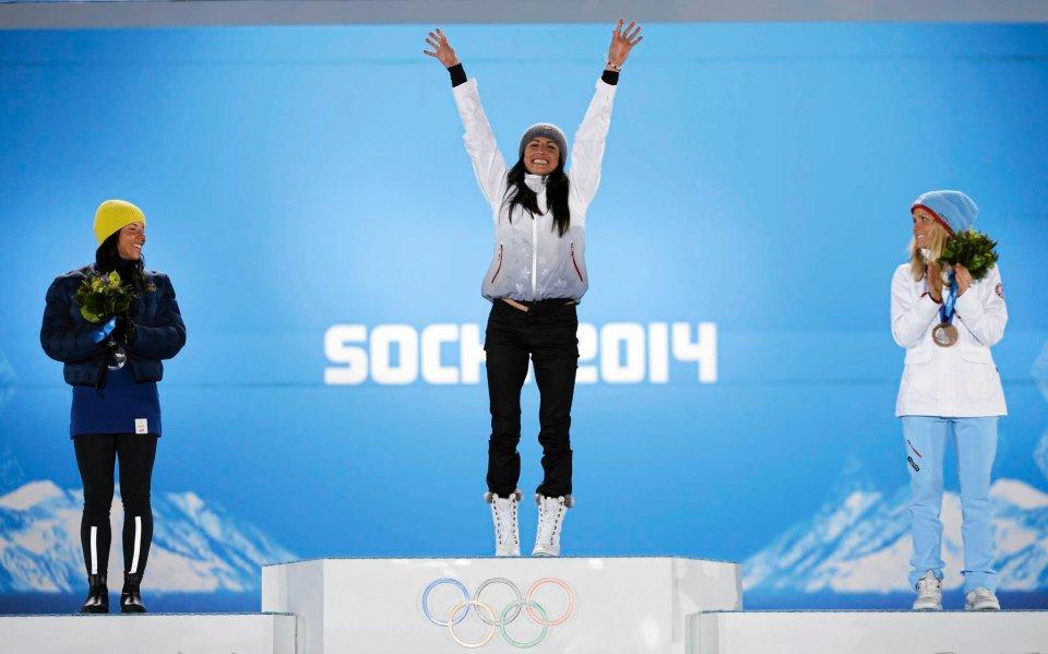 Justyna Kowalczyk zdobyła złoty medal w biegu na 10 km stylem klasycznym! Rywalki zdemolowała. Biegnąca ze złamaną piątą kością śródstopia Polka drugą na mecie Szwedkę Charlotte Kallę wyprzedziła o prawie 20 sekund. Trzecie miejsce zajęła Therese Johaug. - Złamana stopa to był tylko szczyt góry pecha. Na ostatnim dniu zgrupowania odmroziłam palce nóg i musiałam mieć ściągnięte paznokcie, już w wiosce otarłam ścięgno Achillesa. A jednak zachowałam spokój i przekonanie, by po prostu robić swoje - powiedziała po biegu Justyna Kowalczyk. Polka odebrała już złoty medal olimpijski!
