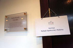 """Projekt """"Za życiem"""" w Sejmie. Poseł PiS: Dajmy 4 tys. kobietom, które urodzą dzieci z gwałtu"""