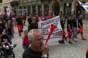 """""""Ratownik - systemu niewolnik"""". Protest ratowników medycznych w Warszawie"""