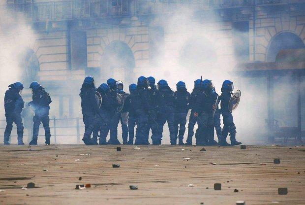"""20-latka całuje policjanta. Pisze: """"To znak pogardy, nie pokoju"""". Policja: Molestowanie. Będzie proces?"""