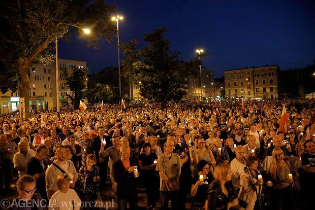 Zdjęcie numer 115 w galerii - Tłumy przed Sądem Okręgowym w Łodzi. Kolejny dzień protestów przeciwko zmianom PiS w sądownictwie [ZDJĘCIA]
