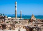 """Tunezja. Ten �r�dziemnomorski kraj w Afryce P�nocnej zdeklasowa� inne powrotem poczucia bezpiecze�stwa. Niegdy� jeden z pierwszych na listach wakacyjnych wyjazd�w ostatnio straci� na znaczeniu z powodu zamieszek i niepokoj�w. Jednak wi�kszo�� pa�stw zachodu wycofa�a ju� ostrze�enia przed podr� do Tunezji, a - �eby przyci�gn�� turyst�w z powrotem - ceny na miejscu spad�y. Do Tunezji niedrogo mo�na si� do-sta� cho�by czarterowymi lotami startuj�cymi z wielu europejskich port�w na wysp� D�erba. Ju� ona sama jest legend�, bo przecie� to tu mia� wyl�dowa� Odyseusz. A to dopiero pocz�tek przyg�d: ten niewielki kraj oferuje przekr�j atrakcji od ciep�ych pla�, przez w�dr�wki po zielonych g�rach po bezkresn� pustyni� tu i �wdzie ubarwion� oazami i jaskinia-mi. Dla ducha - widoki znane z film�w (kr�cono tu m.in. """"Gwiezdne wojny"""", """"Angielskiego pacjenta"""" czy """"Pirat�w""""), a dla cia�a - kuskus, s�ynna zupa z cieciorki, wy�mienite miejscowe wino i b�ogie lenistwo w hammamach."""
