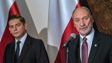 Minister obrony w rządzie PiS Antoni Macierewicz i jego zastępca Bartosz Kownacki podczas konferencji prasowej w resorcie. Warszawa, 6 lipca 2017