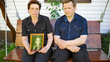 Jan i Barbara przed swoim domem w Popielawach ze zdjęciem Weroniki