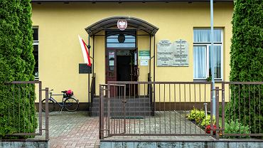 Tablice z Dekalogiem na ścianie szkoły w Tuszowie Narodowym