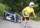 Piotr Kury�o dalej biegnie. Ju� jest w Rumunii, a pies w schronisku