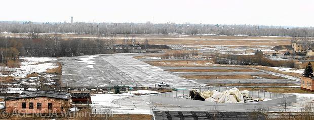 Lotnisko w Smoleńsku. Wrak Tu-154m (po prawej)