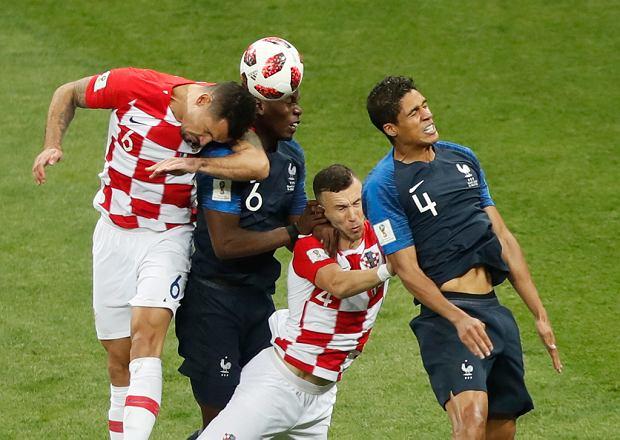 Dejan Lovren i Ivan Perisic z drużyny Chorwacji oraz Paul Pogba i Raphael Varane Francja podczas akcji pod bramką