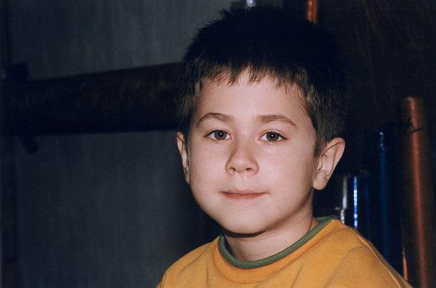 """Sergiusz Żymełka: młody, sympatyczny i inteligentny urwis z """"Rodziny zastępczej"""". Teraz wyrósł i ma 26 lat. I pociąga go coś innego, niż aktorstwo. A co z pozostałymi dzieciakami z serialu?"""