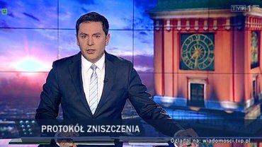 """Kadr z wydania """"Wiadomości"""" z dnia 6 lutego. Prowadził je Michał Adamczyk"""