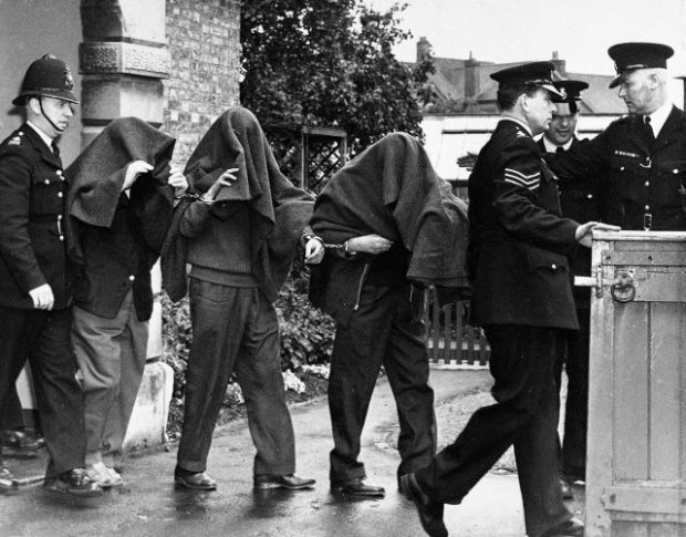 24 września 1963 r. Policja wyprowadza trzech członków gangu z sądu w Linslade w hrabstwie Buckinghamshire. Nie minął rok, gdy jeden z pierwszych złapanych, Charles Wilson, uciekł z więzienia Winston Green. 15 miesięcy po napadzie drugim uciekinierem stanie Ronnie Biggs. W przeciwieństwie do Wilsona Biggs nigdy nie został złapany.