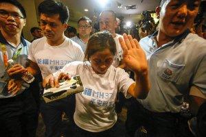 Rodziny chi�skich pasa�er�w zaginionego samolotu oskar�aj� w�adze Malezji o ukrywanie informacji