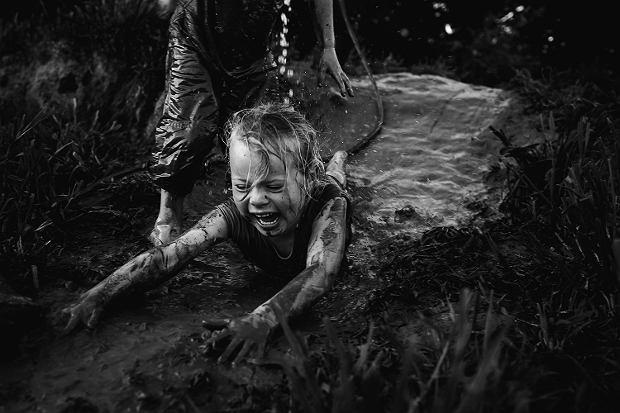 Fotografka przypomina, jak może wyglądać dzieciństwo bez nowoczesnych technologii.