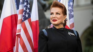 Georgette Mosbacher, ambasador Stanów Zjednoczonych w Polsce gościła w czwartek na Katolickim Uniwersytecie Lubelskim. Jej wizyta odbyła się w ramach trwającego Kongresu Polsko-Amerykańskiego '100 lat wspólnego dziedzictwa'. Ambasador towarzyszył w Lublinie John Armstrong, radca ds. ekonomicznych ambasady. - Amerykańskie zaangażowanie na rzecz bezpieczeństwa Polski pozostaje niewzruszone. Osobiście będę się angażowała w sprawy wzmacniania naszych relacji w tym aspekcie - zapewniała Mosbacher. Jak dodawała chodzi nie tylko o bezpieczeństwo militarne, ale również ekonomiczne. W swoim wystąpieniu mówiła też o podobieństwach historii Polski i Stanów Zjednoczonych w dążeniach do wolności i niepodległości, a także nawiązała do historii Katolickiego Uniwersytetu Lubelskiego. Kongres Polsko-Amerykański '100 lat wspólnego dziedzictwa' jest wydarzeniem mającym stanowić przestrzeń wspólnych spotkań ludzi biznesu, nauki i kultury z Polski oraz Stanów Zjednoczonych. To również okazja do wymiany doświadczeń czy też nawiązania współpracy. Wydarzenie stanowi jeden z elementów obchodów 100-lecia KUL, a także 100-lecia odzyskania przez Polskę niepodległości i nawiązania w 1919 roku stosunków dyplomatycznych między Polską a USA. Organizatorami wydarzenia są Katolicki Uniwersytet Lubelski i Lubelski Urząd Wojewódzki.
