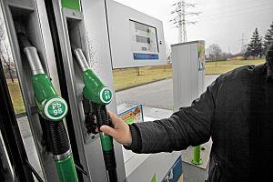 Cud na stacjach benzynowych: paliwa poni�ej 5 z� za litr