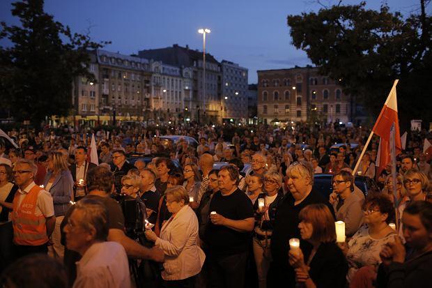 Zdjęcie numer 20 w galerii - Tłumy przed Sądem Okręgowym w Łodzi. Protest przeciwko zmianom PiS w sądownictwie [ZDJĘCIA]