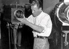 1934 r. Kolejna prezentacja, tym razem w Instytucie Franklina w Filadelfii (to muzeum i centrum edukacji naukowej). To był pierwszy publiczny pokaz działania nowego wynalazku. Na zdjęciu: Farnsworth reguluje kamerę.
