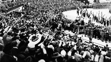 W Garmisch-Partenkirchen niemieccy sportowcy wypadli bardzo dobrze. Ale dla Hitlera ważniejszy był efekt propagandowy olimpiady. III Rzesza doskonale pokazała się światu, który na czas igrzysk zapomniał o prześladowaniach Żydów i obozach koncentracyjnych. Jeszcze lepsze efekty przyniosła rozgrywana pół roku później letnia olimpiada w Berlinie. Na zdjęciu z 16 lutego 1936 r. ceremonia zakończenia igrzysk w Ga-Pa - publiczność pozdrawia sportowców, podnosząc ręce w nazistowskim geście