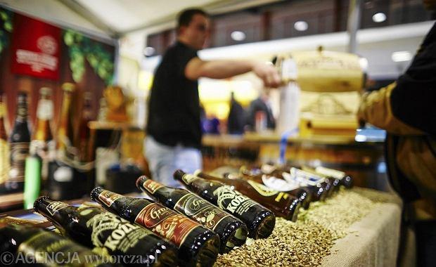Polski rynek alkoholu wyhamowa�. Traci w�dka i mocne piwa. Ro�nie sprzeda� win, ale g��wnie tych z Biedronki