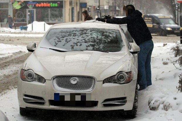 Człowiek odśnieżający samochód Kingi Rusin, kinga rusin, samochód, jaguar, zima, śnieg