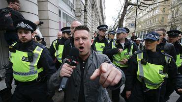 Tommy Robinson w asyście policji podczas marszu antymuzułmańskiej English Defence League. Londyn, 4 kwietnia 2017 r.