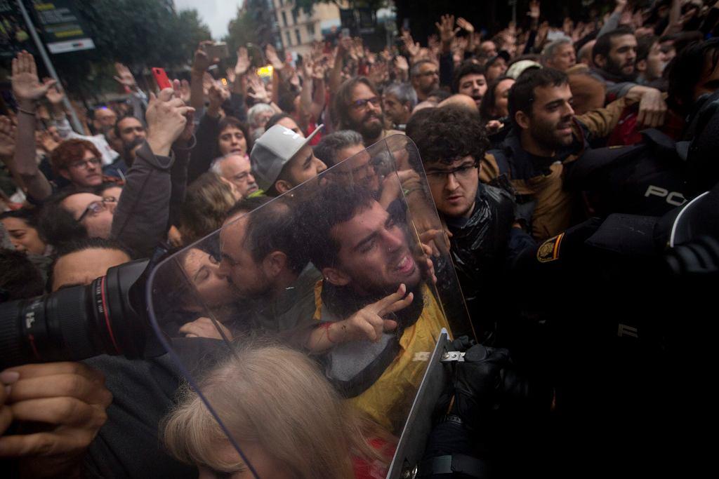 Interwencje policji w czasie trwania referendum w Katalonii