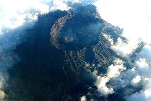 Pi�� lotnisk zamkni�tych po erupcji wulkanu w Indonezji
