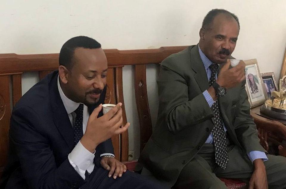 Etiopski premier Abiy Ahmed popija kawę w towarzystwie prezydenta Erytrei Isaiasa Afwerki w Asmarze