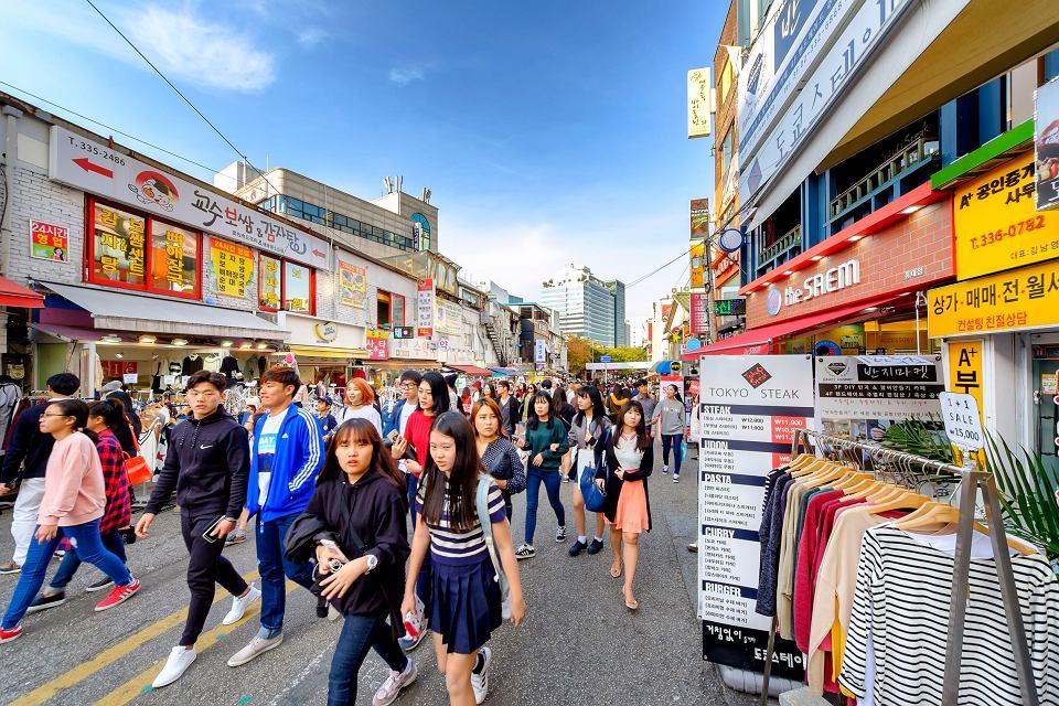 Licząca 51 mln obywateli  Korea Południowa to jeden z najbardziej jednolitych etnicznie krajów świata. Na zdjęciu ulica w stołecznym Seulu
