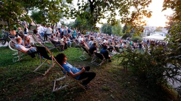 Urz�dnicy zabronili stawiania le�ak�w na trawie podczas kina letniego. No i maj� efekt [ZDJ�CIA]