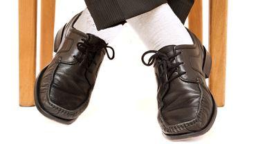 Akademia stylu: 13 modowych obciachów. Białe skarpety, ciemne półbuty