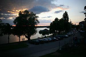 Ełk: 100 nastolatków bawiło się nad jeziorem. Na widok policji uciekli. Zostawili duszącą się koleżankę