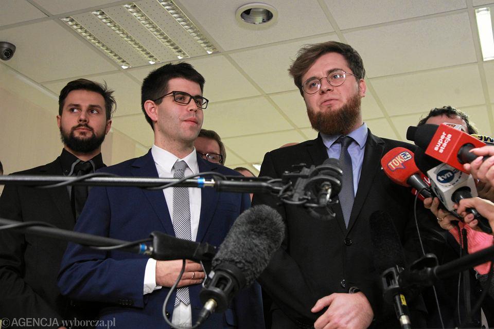 Przedstawiciele lekarzy rezydentów Łukasz Jankowski (l) i Jarosław Biliński (p) po spotkaniu z ministrem zdrowia w rządzie PiS Łukaszem Szumowskim