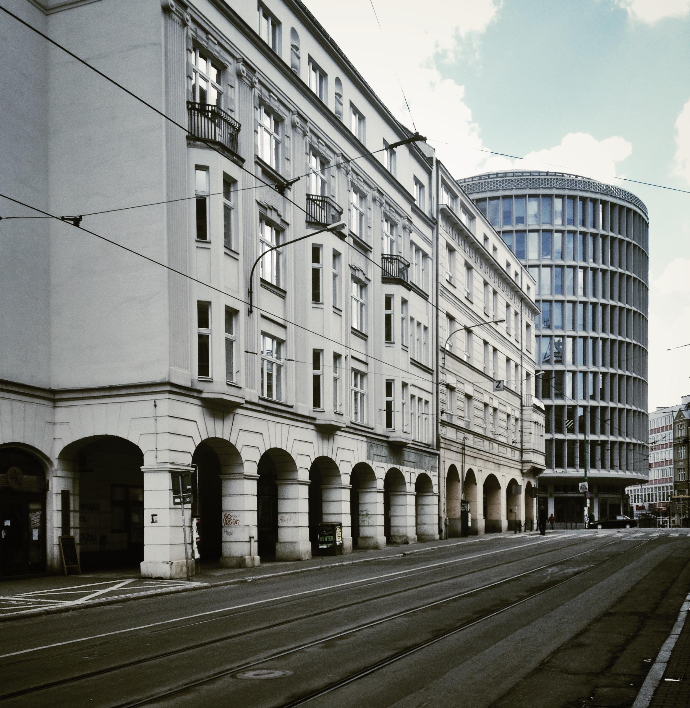 Działka, na której stanął obiekt, jest o tyle szczególna, że zbiegają się tutaj promieniście, ale dość nieregularnie cztery ulice (fot. Filip Springer)