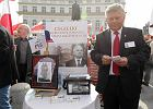 Poseł Marek Suski sprzedaje cegiełki na budowę pomnika Lecha Kaczyńskiego